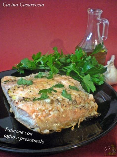 come cucinare il salmone in padella salmone in padella con aglio e prezzemolo cucina