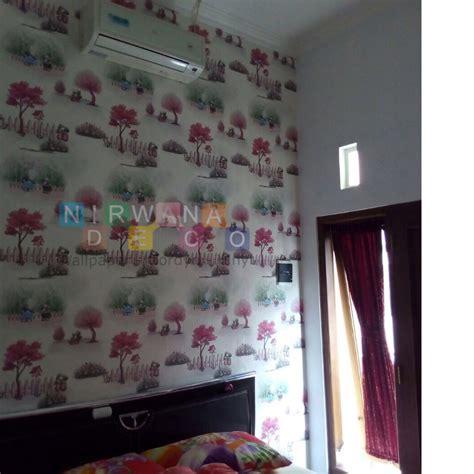 Karpet Plastik Yogyakarta pemasangan wallpaper di batikan residence kav 8 yogyakarta
