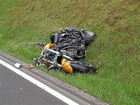 Motorradfahren Zu Zweit Mit L by Neubulach Motorradfahrer Stirbt Bei Unfall Auf L 348