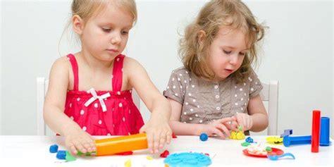 imagenes niños jugando con plastilina c 243 mo hacer plastilina casera bekia padres