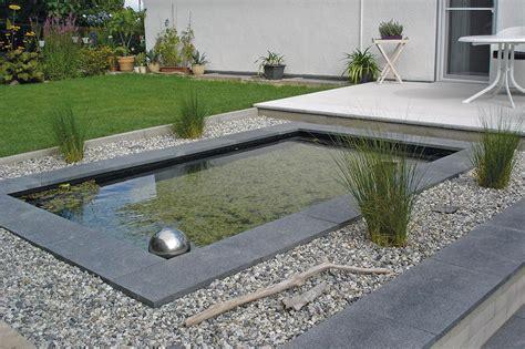 modernes rechteck wasserbecken mit umrandung aus