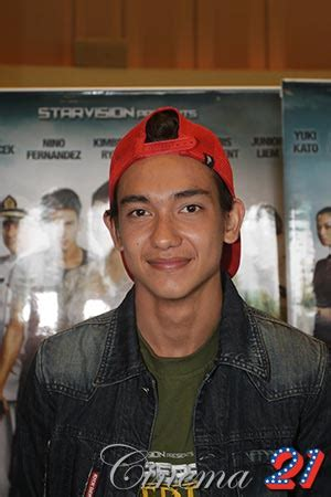 puisi adipati dolken di film operation wedding adipati dolken sempat sakit saat syuting operation wedding