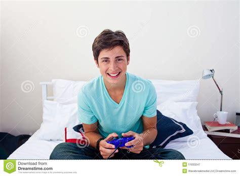 jeux de dans sa chambre adolescent heureux jouant des jeux vid 233 o dans sa chambre 224