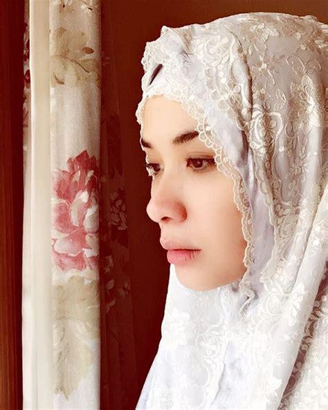 Mukena Raisa Putih pakai mukena wajah marsha timothy cantik bersinar kabar berita artikel gossip