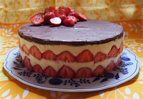 erdbeer vanillepudding kuchen erdbeer vanille torte mit schokoladen marzipandecke