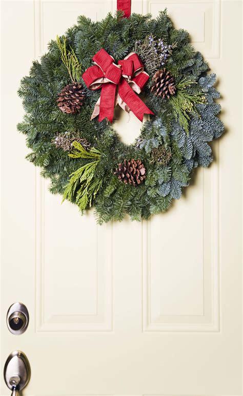 simple wreath   front door ehow