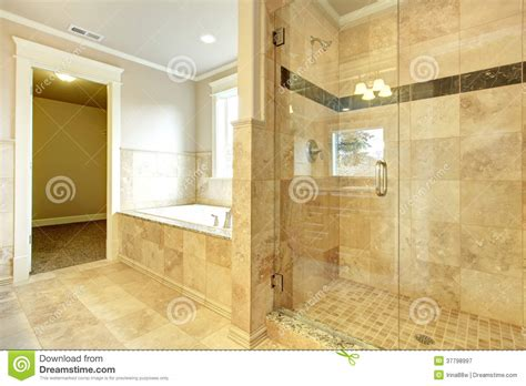 Bella Vasca Bagno Con Porta #1: bagno-accogliente-con-la-doccia-della-porta-di-vetro-e-della-vasca-37798997.jpg