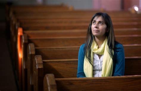 imagenes de iglesias orando diez mentiras que la iglesia les dice a las mujeres