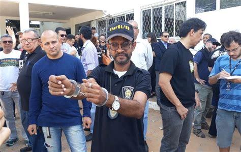 vai pegar policia civil entrara em greve em agosto no maranhao com algemas nos punhos policiais civis se apresentam para
