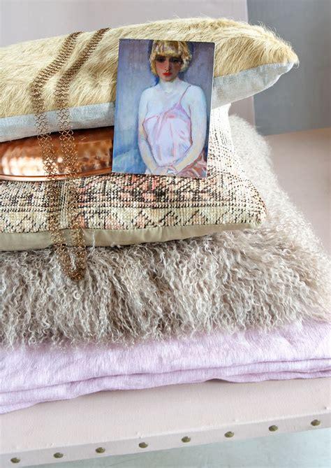 vtwonen koper woonkamer kussens in poederige pastels en koper vtwonen