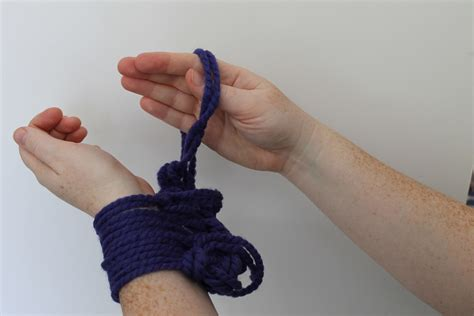 knitting second row arm knitting tutorial you ll fall in with this