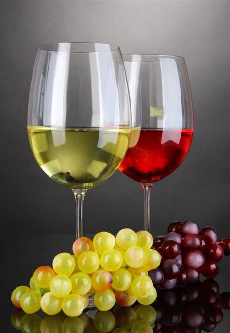 Bicchieri Da Bianco E Rosso Carta Da Parati Rosso E Bianco In Bicchieri Su Sfondo
