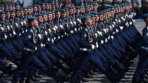 bloemen voor russiche soldaten rusland viert zege op nazi s zonder westerse gasten nos