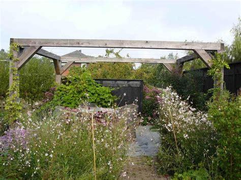 mag een meeple op een tuin robuuste pergola en rustieke schutting geven tuin extra body