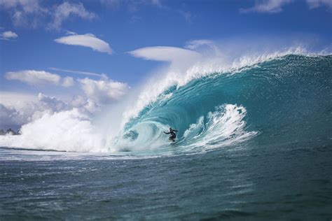 kelly slater surfing pipeline kelly slater wins 2014 volcom pipe pro surfer magazine