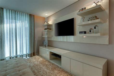 quarto de casal painel tv pain 233 is e televis 227 o fotos de decora 231 227 o design de interiores e reformas homify