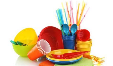 piatti e bicchieri di plastica dove si gettano i piatti i bicchieri e le posate di