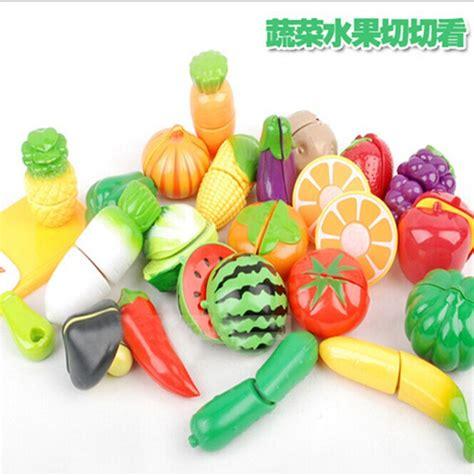 anak anak bermain mainan rumah memotong buah sayuran