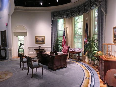 Oval Office Replica Picture Of George Bush Presidential Oval Office Desk Replica