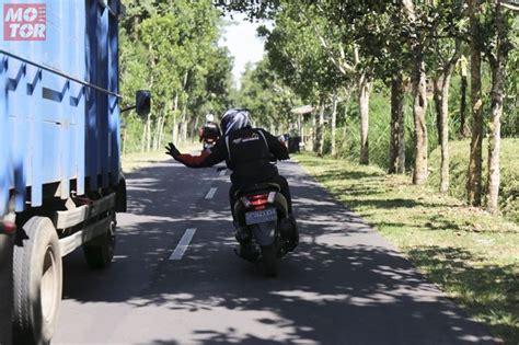pengguna motor ingat  poin  sebelum menyalip fatal