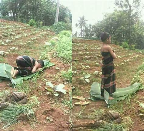 film pocong solat netizen puji foto anak solat di kebun beralas daun pisang