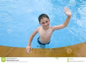 jungs im schwimmbad junge im schwimmbad lizenzfreies stockbild bild 10438116