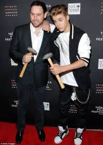 justin bieber s manager arrested for quot refusing to tweet exclusive justin refuses to board private jet sent by his