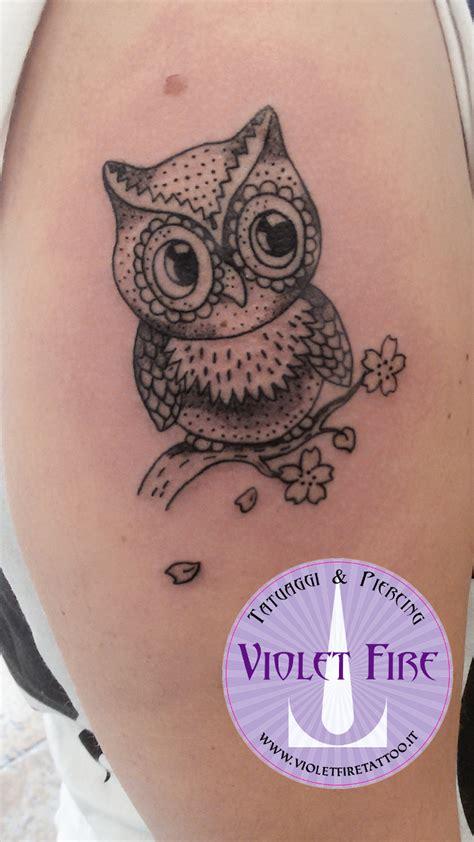 tatuaggi rami con fiori tatuaggio gufo con ramo su spalla violet