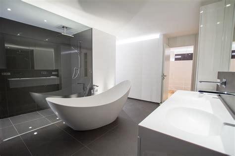 kleines bad unter dachschräge graue farbe schlafzimmer
