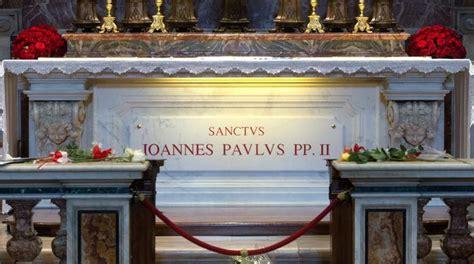 al 236 agca in vaticano porta fiori sulla tomba di papa