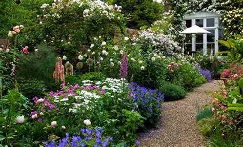 schoene gaerten gestalten und erhalten bauerngarten anlegen mit wei en gartenblumen und gartenweg