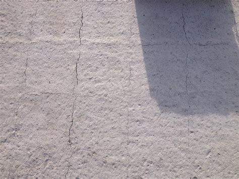 risse im beton risse in gestern betonierter betondecke filigrandecke