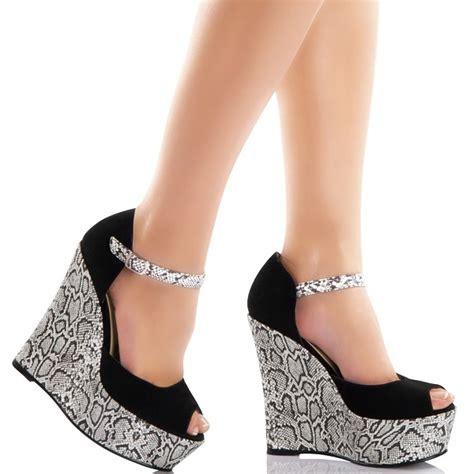 siyah beyaz modern dolgu topuk ayakkabi modelleri siyah ve beyaz renkli yılan dokulu dolgu topuklu ayakkabı
