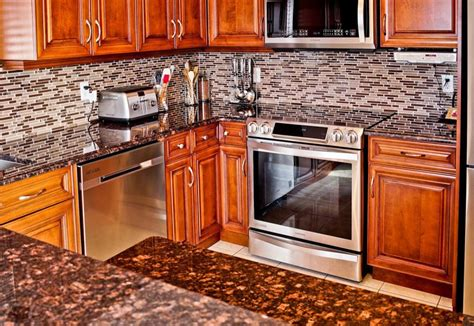 Donna S Brown Granite Kitchen Countertop W Travertine Backsplash Granix Brown Granite With Maple Cabinets Www Redglobalmx Org