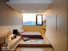 Kasur Bed Lantai kasur di lantai kayu cocok warna dinding biru dongker dan plafon putih serasi ditambah foto