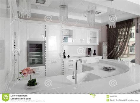 fotos en blanco y negro modernas cocina moderna blanco y negro con muebles elegantes foto