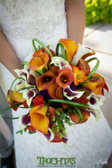 calla lilies come in various colors this bride chose a bold and bright variety for her outside