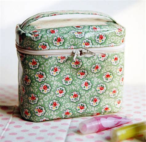 free pattern zippered cosmetic bag a zippered cosmetic bag diy tutorial ideas