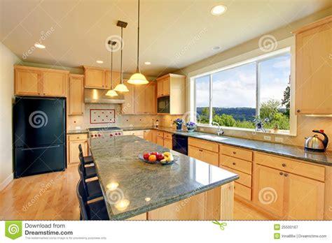 lada da pavimento cucina di legno classica di lusso con l isola fotografia