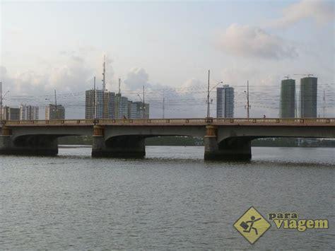 catamaran recife ponte no rio capibaribe vista do catamaran para viagem