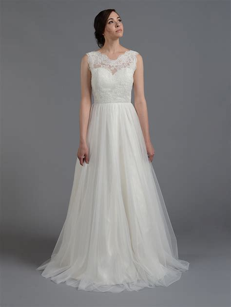 ivory sleeveless wedding dress with tulle skirts