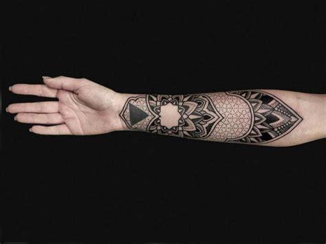 tatouage bras dotwork par nazareno tubaro