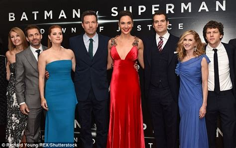 rosie huntington whiteley wdw batman v superman premiere sees henry cavill with