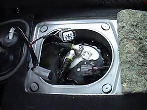 mazda 323 2000 waar zit het brandstoffilter 323