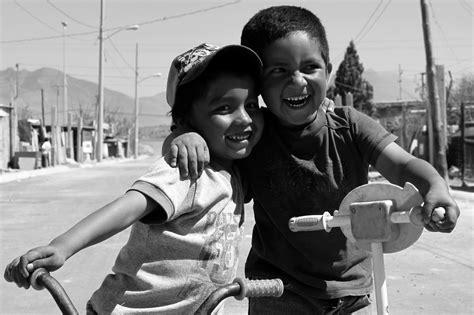 imagenes de amistad a blanco y negro ni 241 os felices c 225 mara en mano