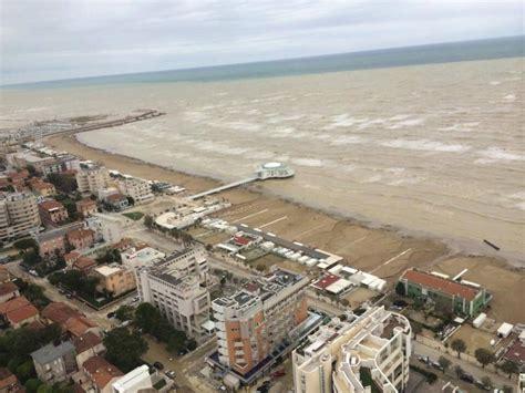 previsioni porto recanati maltempo marche il mare porta via un intero stabilimento