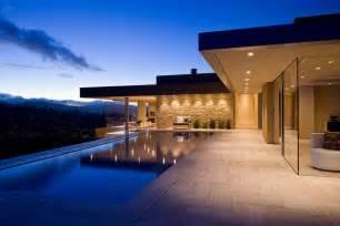 La terrasse avec la piscine de cette superbe maison de luxe joliment