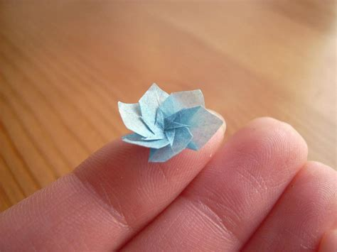 Small Origami Flower - 4mmの極小セミから定番のツルまで 指先に乗るほど小さな折り紙たち gigazine