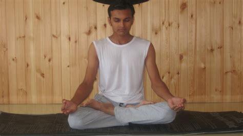 Bantal Bantal Sofa Pose posisi yang tepat dalam melakukan meditasi
