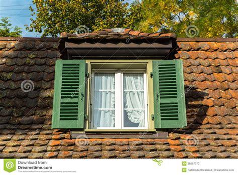 haus kaufen ohne maklergebühren fenster und mansardendach stockfoto bild blau wohn